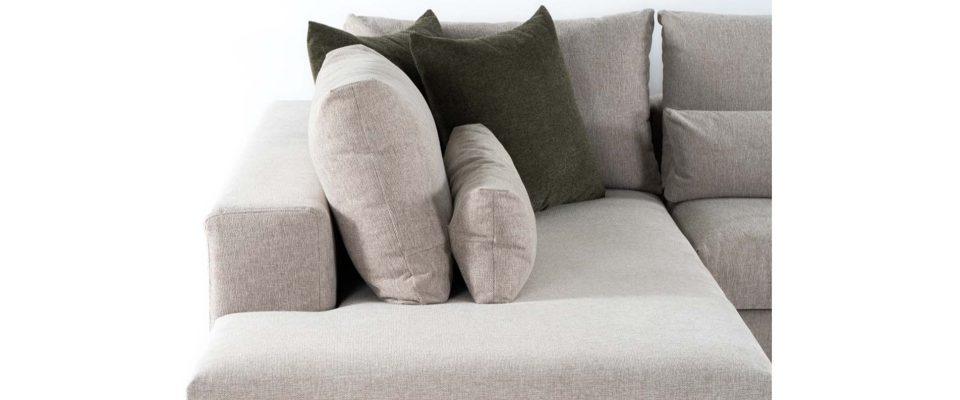 Καναπές με ξύλινα πόδια