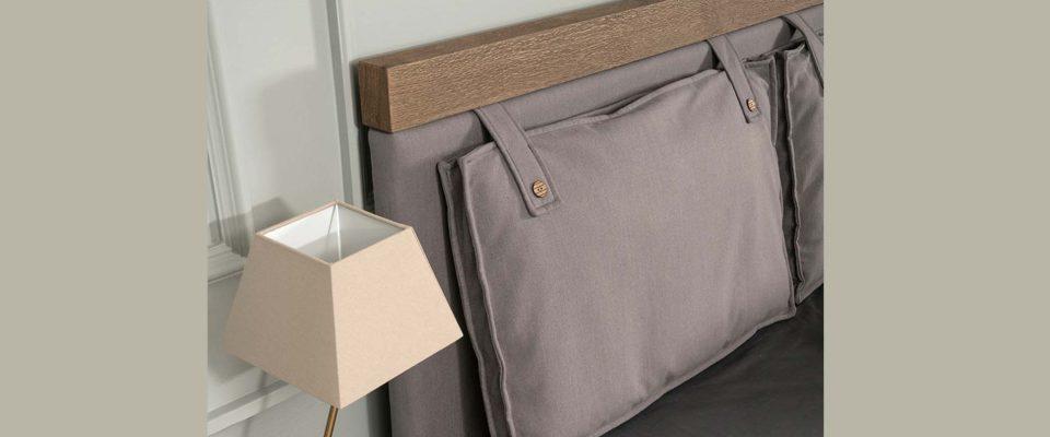 Κρεβατοκάμαρα με μαξιλάρια στο κεφαλάρι
